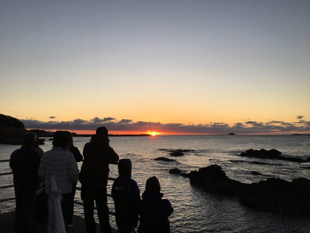 渚亭磯月から徒歩1分、水平線を見渡す絶景が楽しめる「どんぶりこ」からの初日の出。